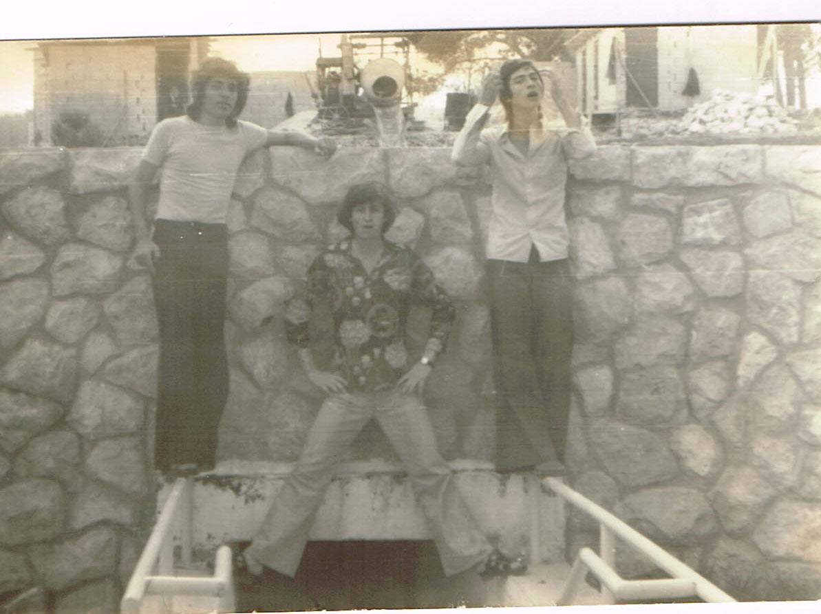מכללת בזק- 1974בפתח הכניסה למקלטי המסיבות באמצע יצחק מרקו צד שמאל דנגור מעכו צד ימין אברהם עמר-אבי עמור מבית שמש